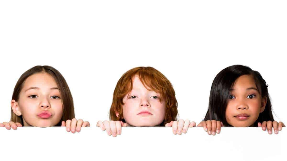 3 criancas no muro