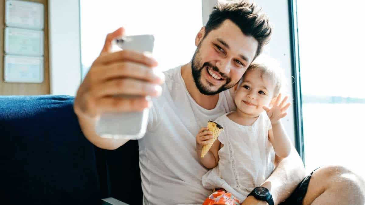pai fazendo selfie com a filha