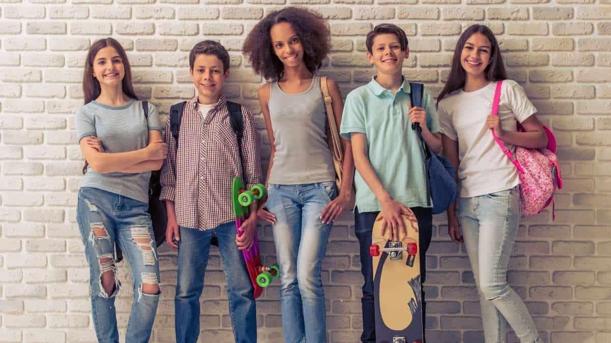 adolescentes encostados no muro olhando pra frente