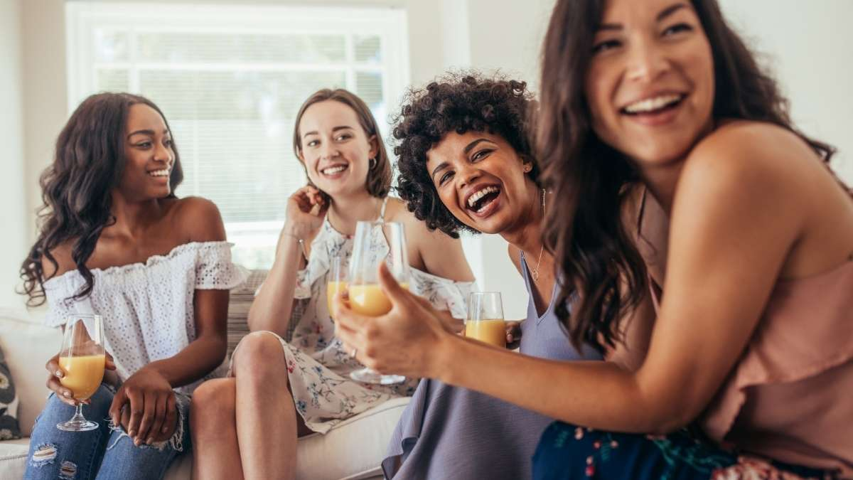 mulheres rindo conversando