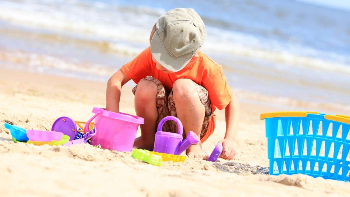 menino brincando na praia
