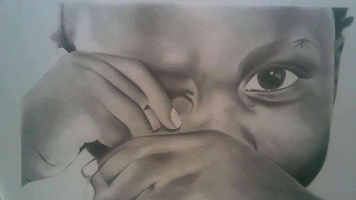 menino enxugando lágrimas